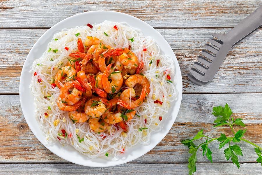 Sauté de crevettes sur nouilles de riz